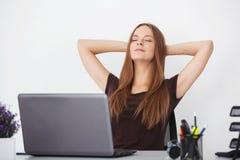 Porträt der jungen schönen entspannenden Geschäftsfrau Lizenzfreie Stockbilder