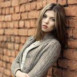 Porträt der jungen schönen Frau im Freien stockbild