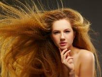 Langhaarige gelockte Redheadfrau Stockbild