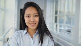 Porträt der jungen schönen hübschen Studentin der asiatischen Ethnie stehend in der breiten weißen Halle, die zuhause betrachtet stock video footage