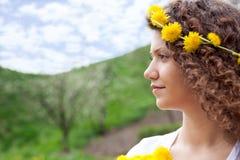 Porträt der jungen schönen lächelnden Frau draußen Stockbild