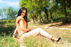 Porträt der jungen schönen lächelnden Frau draußen, genießend Lizenzfreie Stockbilder