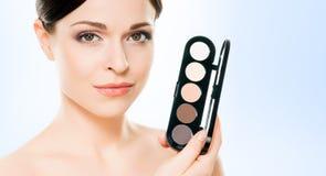 Porträt der jungen, schönen und gesunden Frau: über blauem backgr Lizenzfreie Stockfotografie