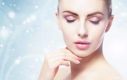 Porträt der jungen, schönen und gesunden Frau: über Winterhintergrund Gesundheitswesen-, Badekurort-, Make-up und Face lifting-Ko Lizenzfreie Stockfotografie