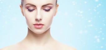 Porträt der jungen, schönen und gesunden Frau: über Winterrückseite stockfotografie