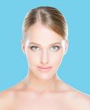 Porträt der jungen, schönen und gesunden Frau Stockfotografie
