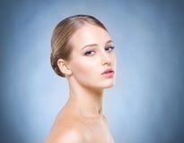 Porträt der jungen, schönen und gesunden Frau Stockbilder