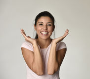 Porträt der jungen schönen und glücklichen lateinischen Frau mit dem großen toothy Lächeln aufgeregt und nett Lizenzfreies Stockfoto