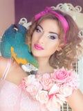 Porträt der jungen Schönheit in der Puppenart mit Aronstäben Lizenzfreies Stockfoto