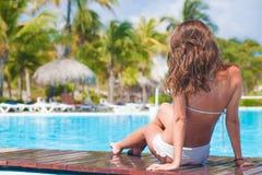 Porträt der jungen Schönheit entspannend im Badekurortpool Lizenzfreie Stockfotografie