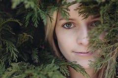 Porträt der jungen Schönheit im Garten, Abschluss herauf Gesicht der schönen jungen erwachsenen Frau Lizenzfreie Stockfotos