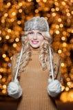 Porträt der jungen Schönheit mit dem langen angemessenen Haar im Freien an einem kalten Wintertag. Schönes blondes Mädchen in der  Lizenzfreie Stockfotografie