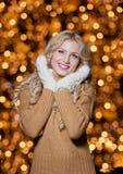 Porträt der jungen Schönheit mit dem langen angemessenen Haar im Freien an einem kalten Wintertag. Schönes blondes Mädchen in der  Lizenzfreie Stockbilder