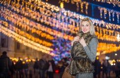 Porträt der jungen Schönheit mit dem langen angemessenen Haar im Freien am kalten Winterabend Schönes blondes Mädchen in der Wint Stockbilder
