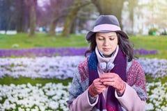 Porträt der jungen Schönheit mit Frühlingsblumen Lizenzfreies Stockbild