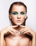 Porträt der jungen Schönheit mit grünem nassem glänzendem Make-up Lizenzfreie Stockfotos
