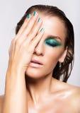 Porträt der jungen Schönheit mit grünem nassem glänzendem Make-up Lizenzfreie Stockfotografie