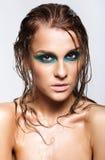 Porträt der jungen Schönheit mit grünem nassem glänzendem Make-up Lizenzfreies Stockfoto