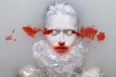 Porträt der jungen Schönheit mit kreativem Make-up der modernen Mode Brücke oder Halloween bilden Schönes Tanzen der jungen Frau  stockbild