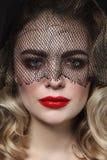 Porträt der jungen Schönheit mit rotem Lippenstift und lizenzfreie stockfotografie