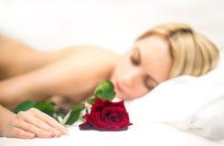 Porträt der jungen schlafenden Frau mit stieg Stockfotografie
