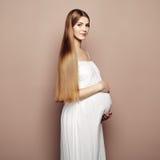 Porträt der jungen schwangeren Frau Stockbilder