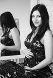 Porträt der jungen schwangeren Frau in einem schwarzen Kleid lizenzfreie stockfotos