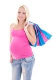 Porträt der jungen schwangeren Frau mit den Einkaufstaschen an lokalisiert Stockbild