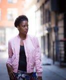 Porträt der jungen schwarzen Frau auf Stadtstraße Stockbilder
