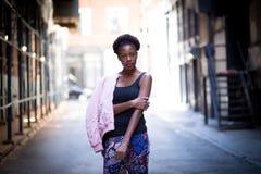 Porträt der jungen schwarzen Frau auf Stadtstraße Stockbild