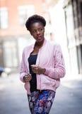 Porträt der jungen schwarzen Frau auf Stadtstraße Lizenzfreie Stockfotografie