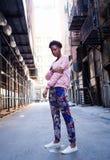 Porträt der jungen schwarzen Frau in der dunklen Stadtstraße Lizenzfreie Stockbilder