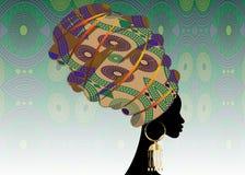 Porträt der jungen schwarzen Frau in einem Turban Animations-Afrikanerschönheit Vector die Farbillustration, die auf einem Batikh lizenzfreie abbildung