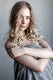 Porträt der jungen sexy Frau, die nahe der grauen Wand aufwirft Stockfoto