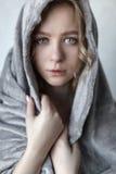 Porträt der jungen sexy Frau, die nahe der grauen Wand aufwirft Lizenzfreie Stockbilder