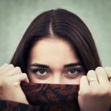 Porträt der jungen sinnlichen Nahaufnahme des Brunettemädchens draußen Lizenzfreie Stockbilder