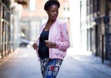 Porträt der jungen stilvollen schwarzen Frau in der dunklen Stadtobdachlosen Lizenzfreies Stockfoto