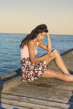 Porträt der jungen traurigen Frau, schlechte sms auf dem Strand empfangend Lizenzfreie Stockfotos