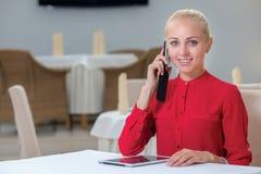 Porträt der jungen und motivierten Geschäftsfrau Stockfotos