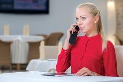 Porträt der jungen und motivierten stilvollen Geschäftsfrau Lizenzfreies Stockfoto