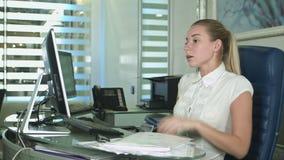 Porträt der jungen unglücklichen Geschäftsfrau am Schreibtisch im Büro stock footage