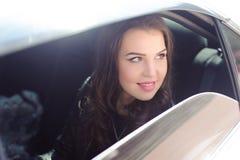 Porträt der jungen verliebter Frau in einem Auto lizenzfreies stockbild