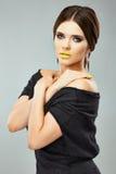 Porträt der jungen vorbildlichen Modeschönheit, die im Studio aufwirft Lizenzfreie Stockfotos