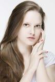 Porträt der jungen würdevollen Frau mit dem natürliche Farblangen geraden Haar Lizenzfreie Stockbilder