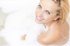 Porträt der kaukasischen entspannenden Frau in der Bad-Dusche Viel Schaum benutzt Lizenzfreie Stockfotos