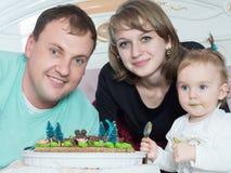 Porträt der kaukasischen Familie auf alles Gute zum Geburtstag mit Kuchen lizenzfreies stockbild