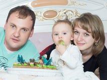 Porträt der kaukasischen Familie auf alles Gute zum Geburtstag mit Kuchen lizenzfreie stockfotos