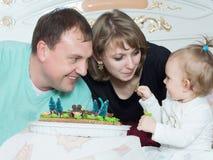 Porträt der kaukasischen Familie auf alles Gute zum Geburtstag mit Kuchen lizenzfreies stockfoto