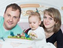 Porträt der kaukasischen Familie auf alles Gute zum Geburtstag mit Kuchen lizenzfreie stockfotografie