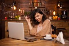 Porträt der kaukasischen Frau lächelnd an der Kamera in einer hispter Kaffeestube lizenzfreies stockbild
